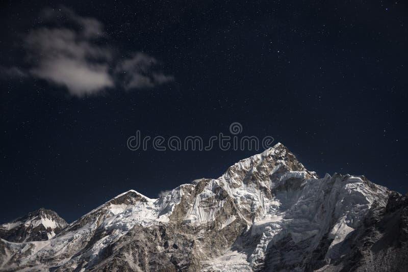 Mt Эверест и Lhotse под звездой заполнили ночное небо стоковое фото rf