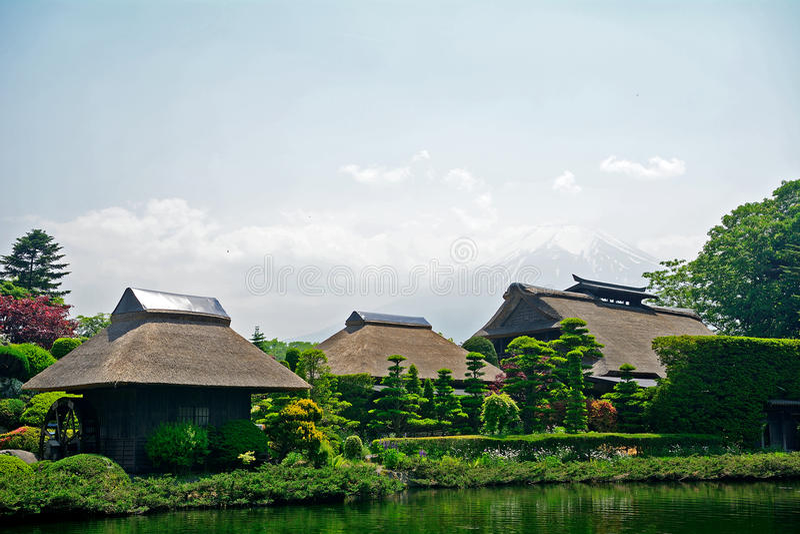 Mt 与传统房子的富士,忍野,日本 免版税图库摄影
