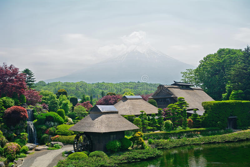 Mt 与传统房子的富士,忍野,日本 免版税库存图片