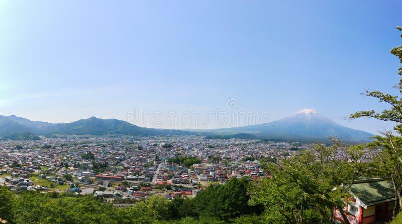 Mt 与吉田市都市风景的富士在夏天,山梨,日本 免版税库存图片