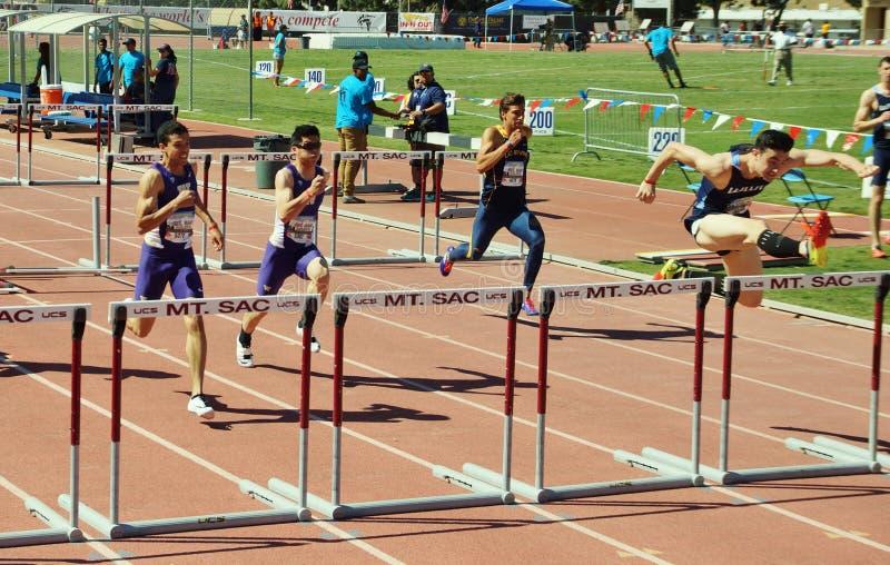 Mt 囊传递2015田径比赛, 100米高栏 前在历史的Hilmer小屋体育场将举行 免版税库存图片