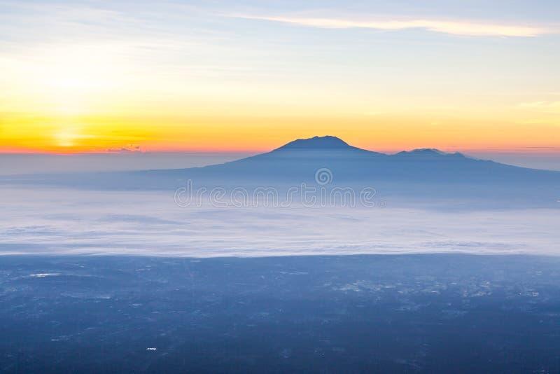 Mt 在日出的Lawu 免版税库存照片