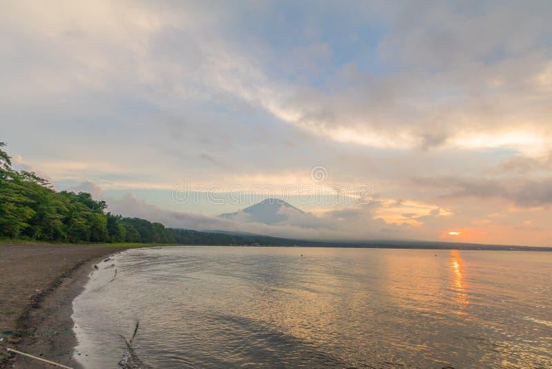 Mt 富士和日落与太阳光芒在湖Kawaguchiko,最著名的地方在日本旅行的在山梨县,日本 免版税库存照片