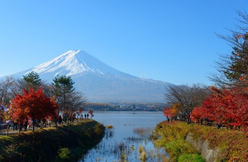 Mt 富士和河口湖在秋天 库存照片