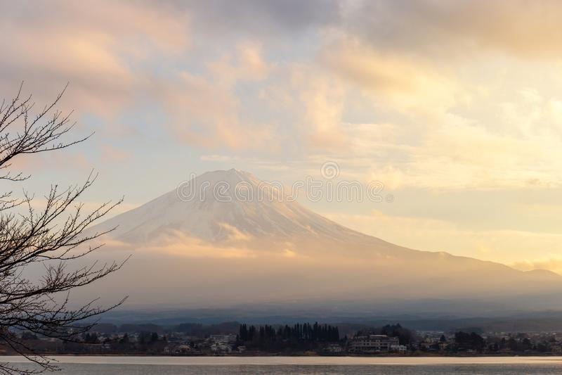 Mt 富士和河口湖日落的在山梨,日本 库存图片