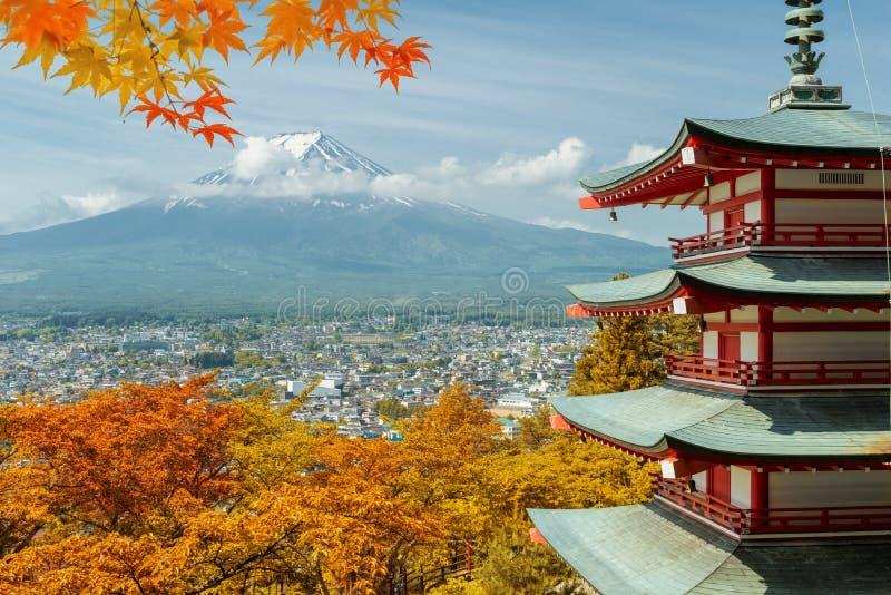 Mt 富士和红色塔有秋天颜色的在日本,日本aut 图库摄影