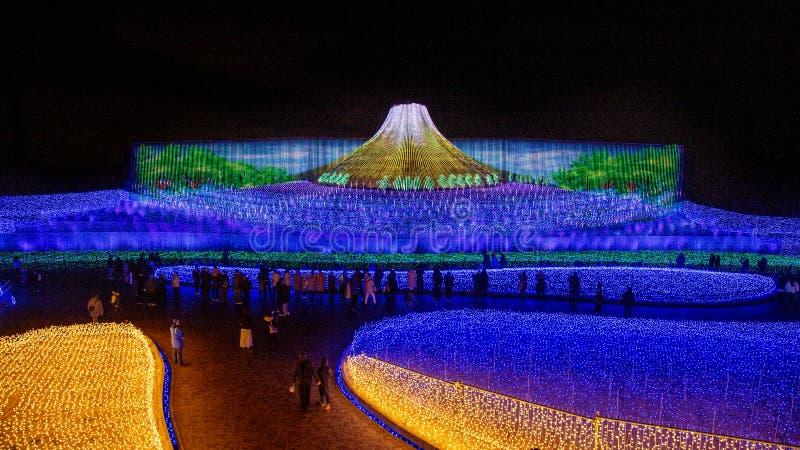 Mt 富士LED在Nabana不佐藤公园,名古屋,日本庭院里  库存照片