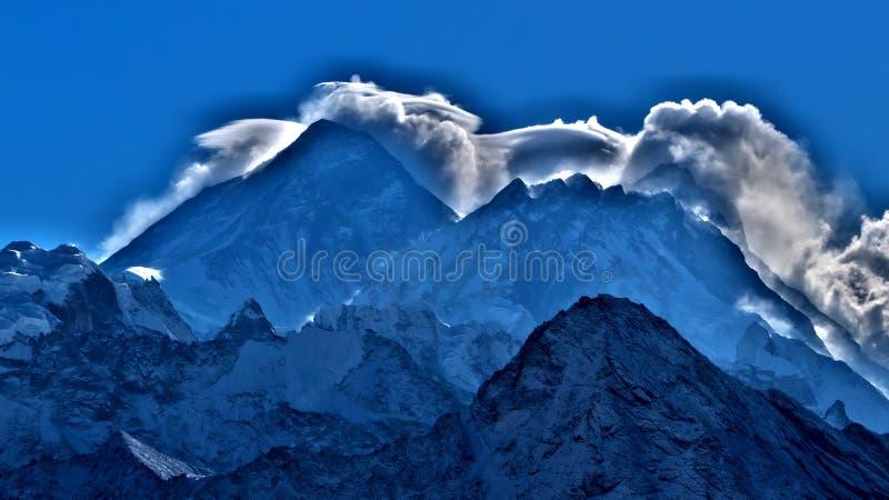 Mt 珠穆琅玛,在高山的云彩在woeld 免版税库存照片