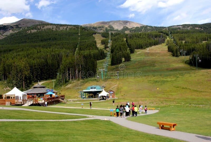 Download Mt 白色垫铁 图库摄影片. 图片 包括有 旅游业, 长平底船, 浏览, 绿色, 接收, 云彩, 天空, 小屋 - 59107657
