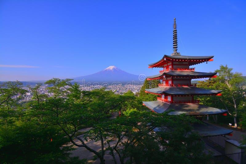 Mt 蓝天的富士从Arakurayama Sengen公园的在吉田市市日本 库存照片
