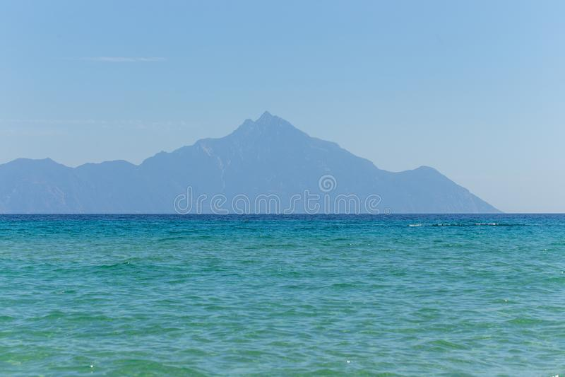 Mt Athos od Sarti, Sithonia, Halkidiki, Grecja obraz royalty free