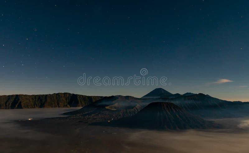 MT Bromo in Nachtscène met Sterren, Indonesië royalty-vrije stock foto