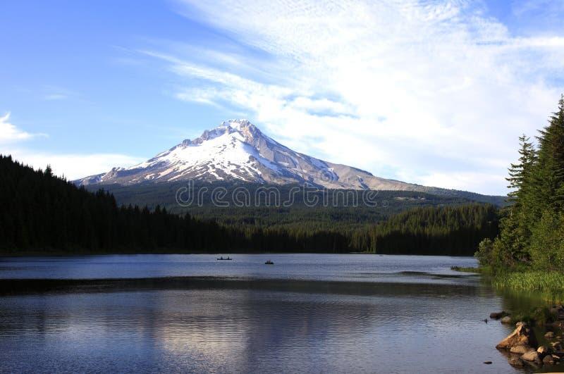 Mt. Capa & lago Oregon Trillium. foto de stock