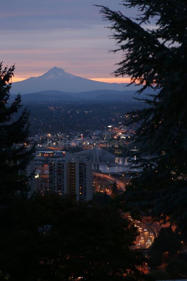 Mt Capot et Portland au crépuscule image libre de droits
