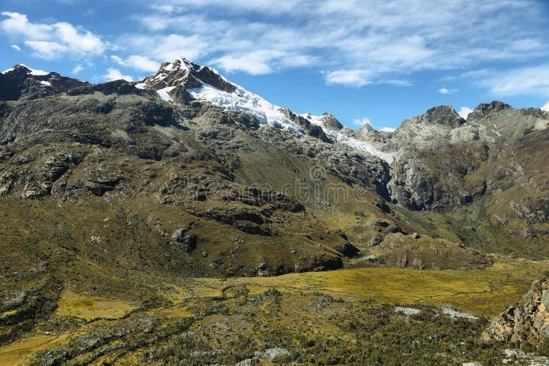 Mt Chopicalqui от следа Laguna 69, Перу стоковые фотографии rf