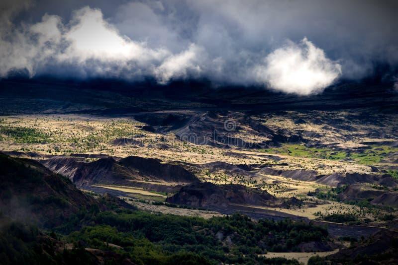 Mt Dal för skog för St Helens område dimmig molnig med floden arkivfoto