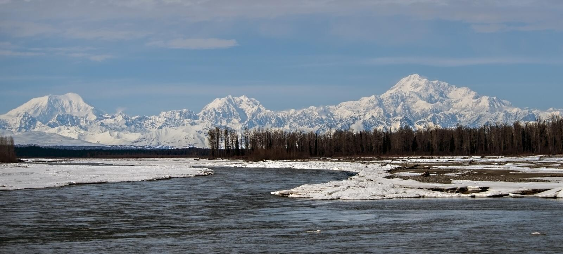 Mt Denali a partir de 3 ríos foto de archivo