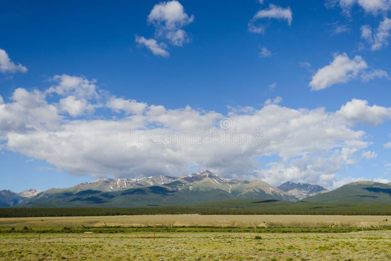 Mt Elbert Colorado med moln arkivbild