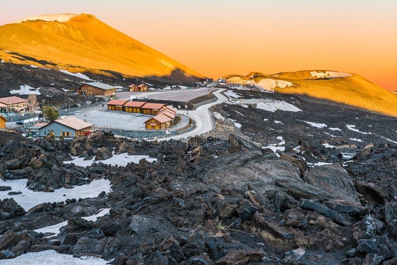 Mt Etna火山, Monti Silvestri Silvestri火山口,在日落 免版税图库摄影
