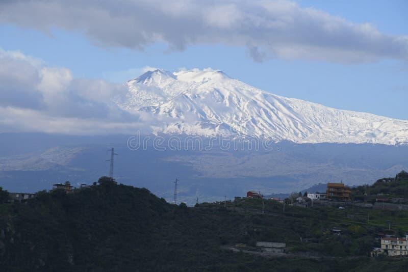 MT Etna van de heuvels van Taormina wordt gezien die stock foto's