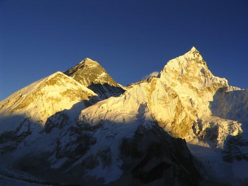 Mt Everest y puesta del sol de Nuptse imagenes de archivo