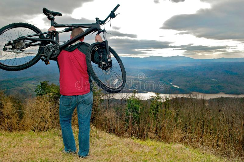 Mt faisant du vélo avec une vue photographie stock