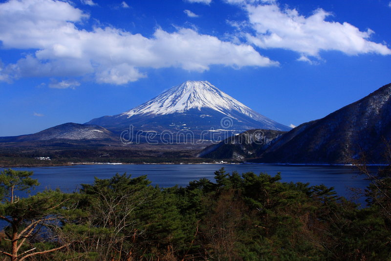 Mt. Fuji au-dessus de lac Motosu photos stock
