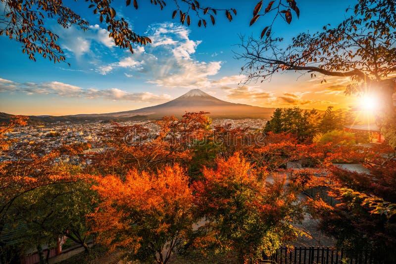 Mt Fuji avec la feuille rouge pendant l'automne sur le coucher du soleil chez Fujiyoshida, Japon photographie stock libre de droits