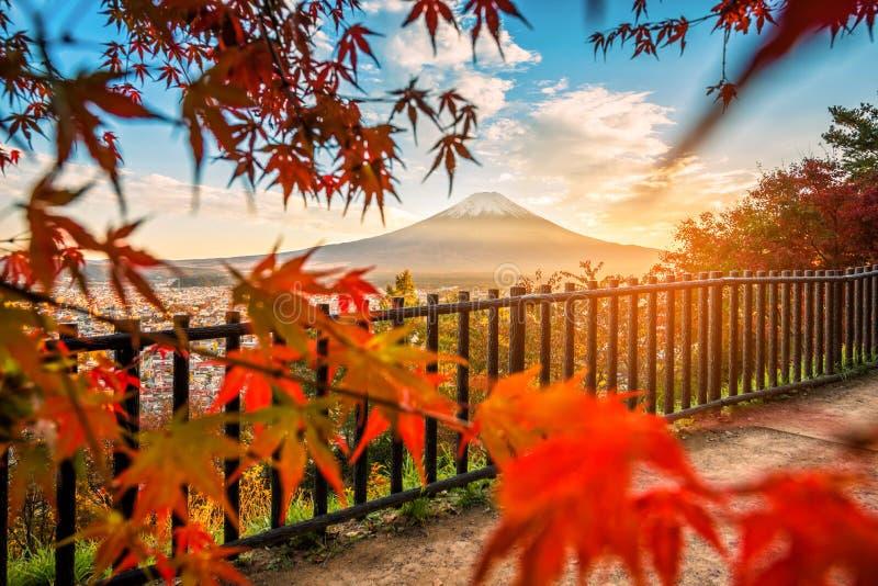 Mt Fuji avec la feuille rouge pendant l'automne sur le coucher du soleil chez Fujiyoshida, Japon photos libres de droits