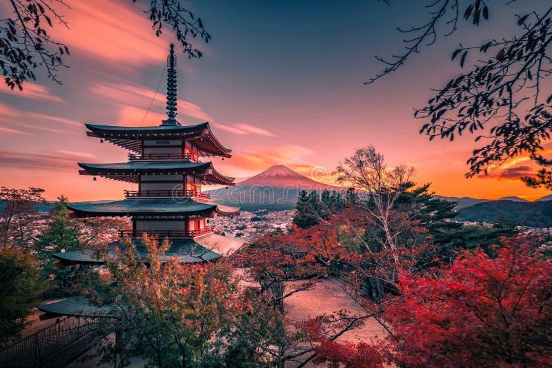 Mt Fuji avec la pagoda de Chureito et la feuille rouge pendant l'automne sur le coucher du soleil chez Fujiyoshida, Japon photo libre de droits