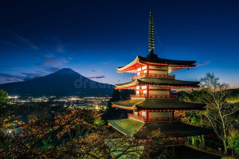 Mt Fuji avec la pagoda de Chureito et la feuille rouge pendant l'automne sur le coucher du soleil chez Fujiyoshida, Japon image libre de droits