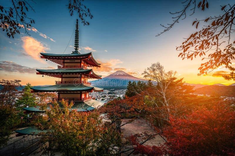 Mt Fuji avec la pagoda de Chureito et la feuille rouge pendant l'automne sur les soleils photographie stock libre de droits