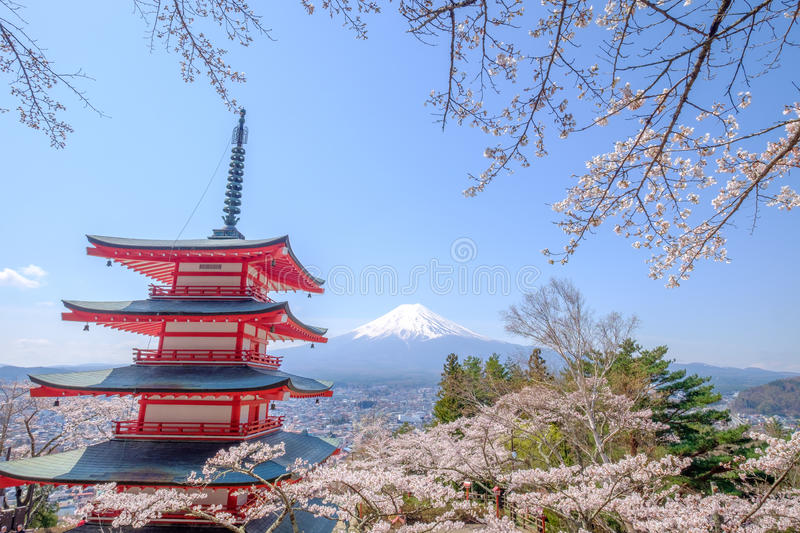 Mt Fuji avec la pagoda rouge en automne, Fujiyoshida, Japon photo stock