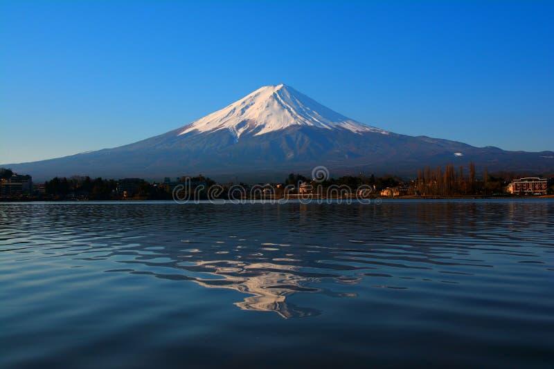 "Mt Fuji avec le ciel bleu de la couleur terre d'ombre de allumage naturelle de Kawaguchi Japon de lac ""Ubuyagasaki "" photographie stock libre de droits"