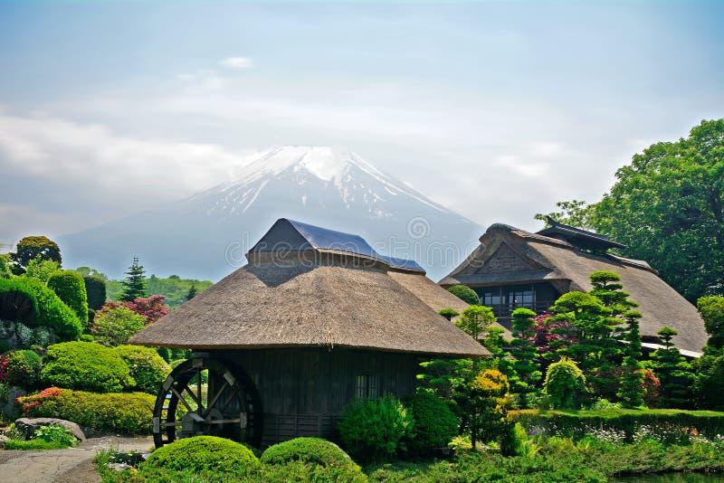 Mt Fuji avec les maisons traditionnelles, Oshino, Japon photo stock
