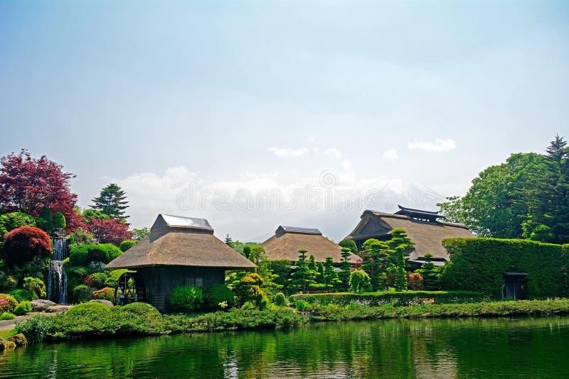 Mt Fuji avec les maisons traditionnelles, Oshino, Japon photo libre de droits
