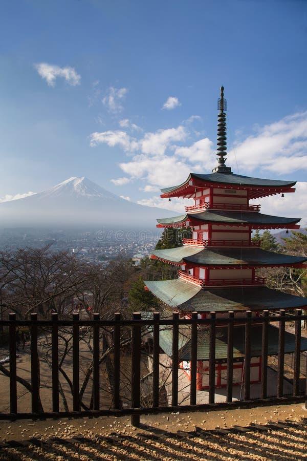Mt Fuji beskådade bakifrån den röda Chureito pagoden royaltyfria foton