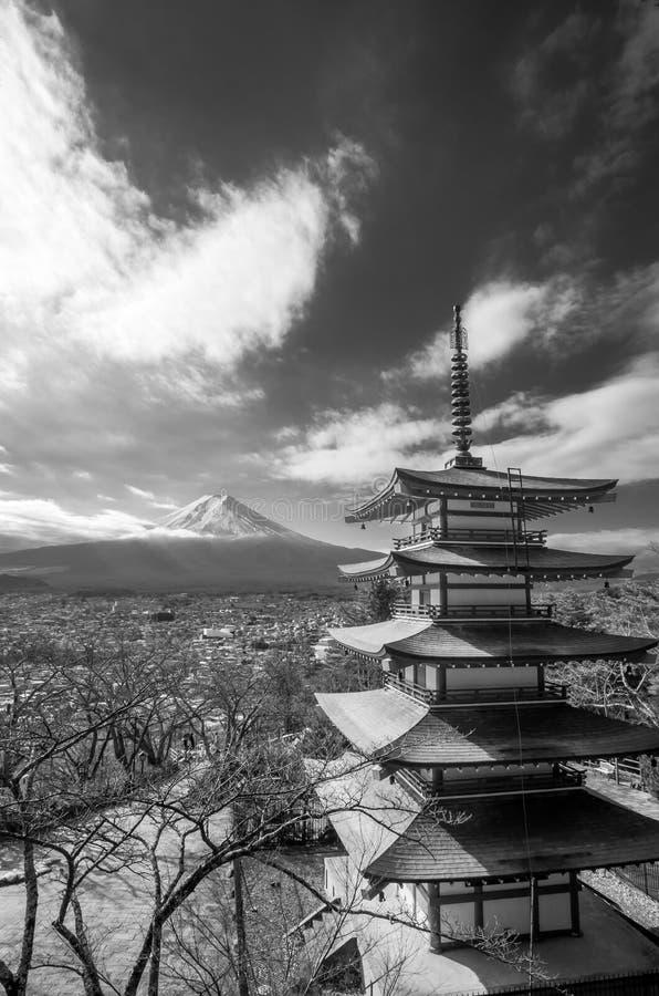 Mt Fuji beskådade från den Chureito pagoden royaltyfria foton