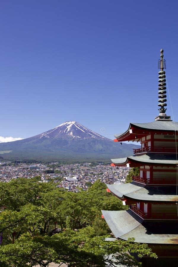Mt Fuji beskådade från den Sengen relikskrin i Japan arkivfoto