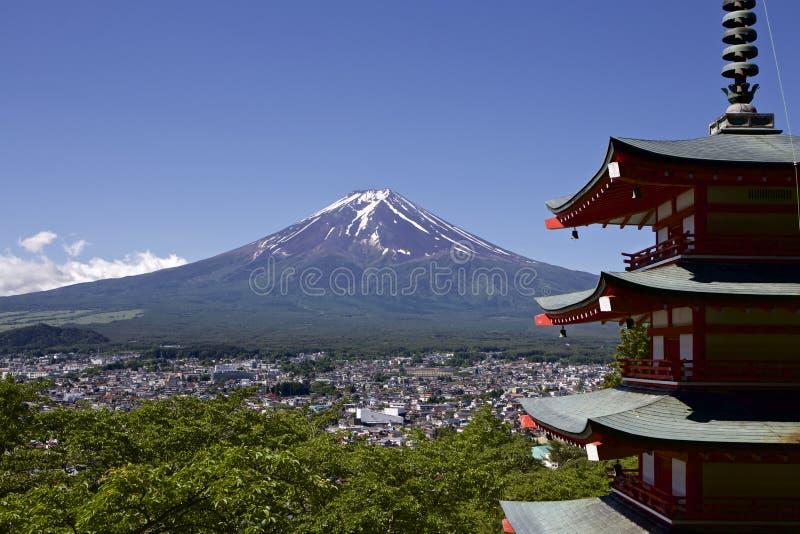 Mt Fuji beskådade från den Sengen relikskrin i Japan royaltyfria bilder