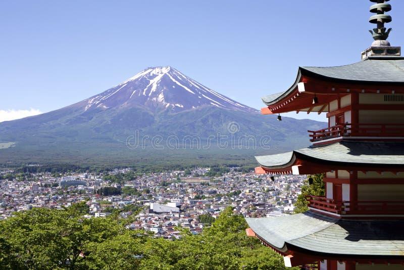 Mt Fuji beskådade från den Sengen relikskrin i Japan arkivfoton