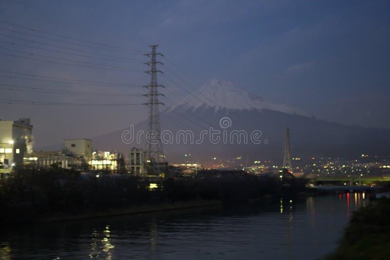 Mt Fuji beskådade från Gakunan det elektriska järnväg drevet som kör nära den Yoshihara stationen i natten fotografering för bildbyråer