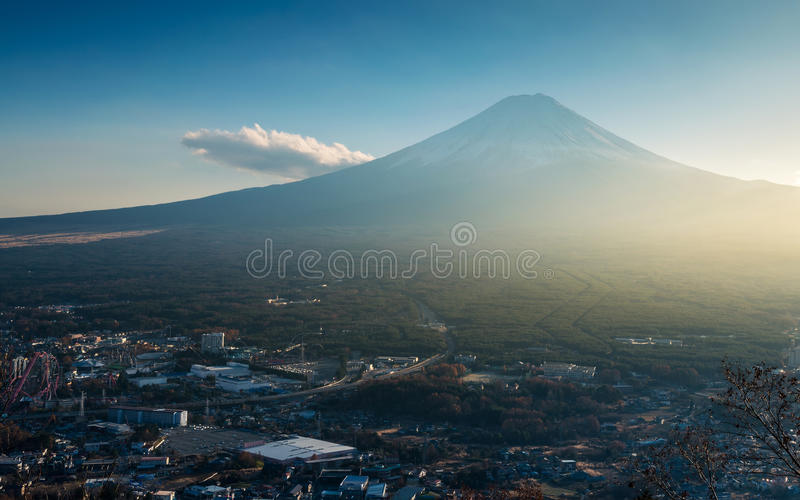 Mt Fuji beskådade från Kawaguchiko Tenjoyama parkerar arkivfoto