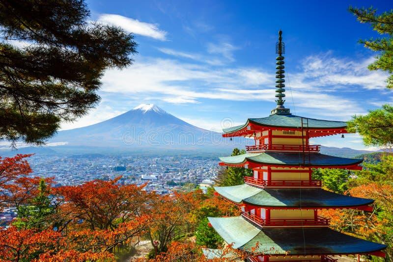 Mt Fuji con la pagoda di Chureito, Fujiyoshida, Giappone immagine stock libera da diritti