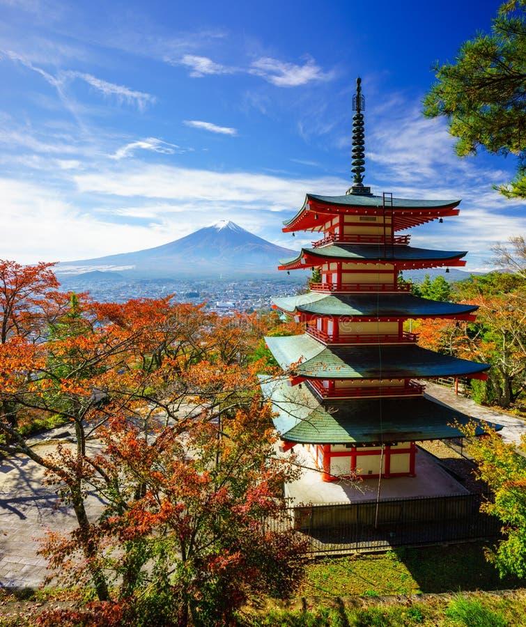 Mt Fuji con la pagoda di Chureito, Fujiyoshida, Giappone fotografia stock