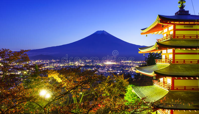 Mt Fuji con la pagoda di Chureito, Fujiyoshida, Giappone fotografia stock libera da diritti