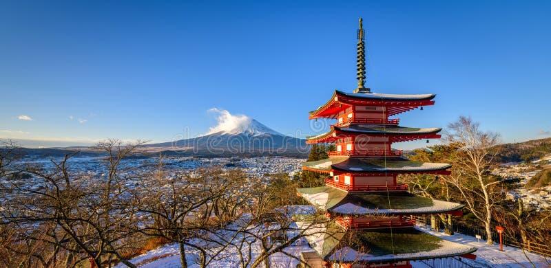 Mt Fuji con la pagoda nell'inverno, Fujiyoshida, Giappone di Chureito fotografie stock libere da diritti