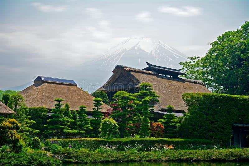 Mt Fuji con le case tradizionali, Oshino, Giappone immagini stock libere da diritti