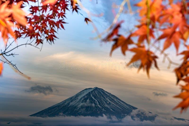 MT Fuji in de herfst achter de rode esdoornboom van Meer Kawaguchiko in Yamanashi royalty-vrije stock foto's