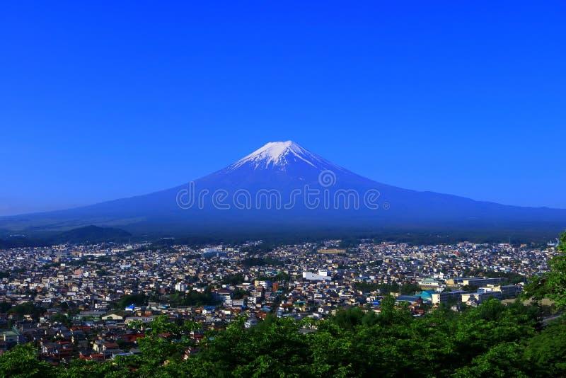 Mt Fuji del cielo azul de la ciudad Japón de Fujiyoshida foto de archivo libre de regalías